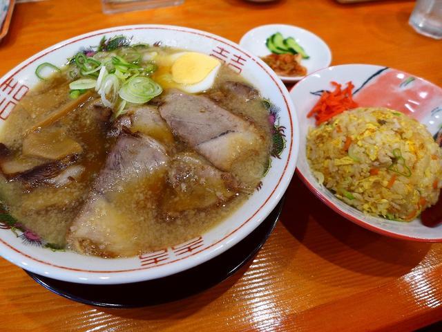 画像1: 本日のランチは上本町にあるラーメン屋さん「とんとん拍子」に行きました。大阪を中心に一大勢力を誇る「豚吉」グループのお店で、上本町の駅前でとても繁盛しているということで、勉強にさせてもらいに行ってきました(^^5種類用意さ... emunoranchi.com