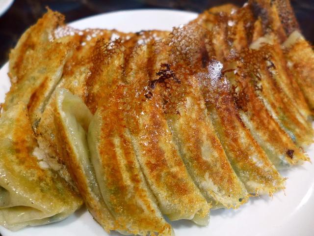 画像1: 本日のランチは中央区瓦町にある中華料理屋さん「ニュー上海」に行きました。中毒性大のB級ジャンク系の味わいの超人気で私も大好きな大衆中華で、今日は親友のSちゃんとその仲間たちで行ってきました!行ったのは夜ですが、今日はお昼... emunoranchi.com