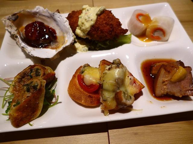 画像1: 本日のランチは北区曾根崎にある牡蠣料理専門店「かき鐵」に行きました。大阪の名店が集結して毎日大賑わいしている「お初天神裏参道」にあるお店で、全国各地から旬の真牡蠣や岩牡蠣を産地直送で仕入れられていて、1年中生牡蠣をはじめ... emunoranchi.com