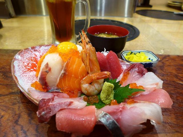 画像1: 本日のランチは天神橋5丁目にある居酒屋「海鮮居酒屋 天満産直市場」に行きました。以前夜に行って、鮮度抜群の海鮮料理がとてもリーズナブルにいただけるお店でとても気に入ったお店です。お昼にお店の前を通るたびに、とても豪華な海... emunoranchi.com