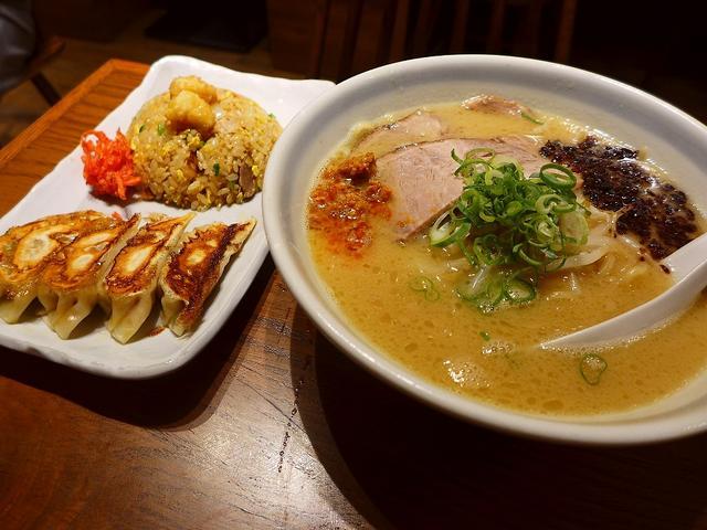 画像1: 本日のランチは梅田にあるラーメン屋さん「らーめん かんじん堂 熊五郎」に行きました。お昼の仕事が長引いて、危うくお昼ご飯を食べ逃しそうになりましたが、こちらのお店は梅田のど真ん中で通し営業をされているので、そういう時はと... emunoranchi.com