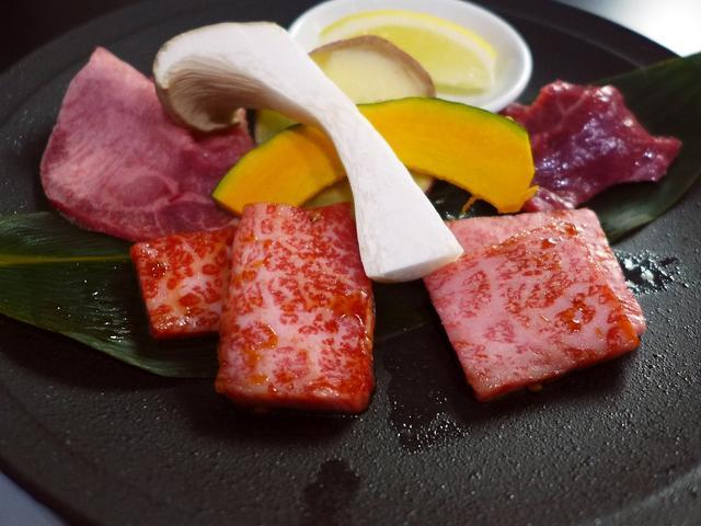 画像1: 本日のランチは鶴橋にある焼肉屋さん「焼肉 鶴橋」に行きました。同じ会社のYさんに、「Mさん、とても美味しくてお得な焼肉ランチがあるので食べに行きましょう!」とお誘いをいただき、一緒に行ってきました!厳選された佐賀牛がリー... emunoranchi.com