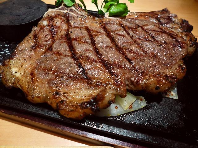 画像1: 本日のランチは梅田にある肉バル「肉バル BUTCHERS BROOKLYN 梅田店」に行きました。ニューヨークのブルックリンをイメージした店内で、豪快な塊肉グリルとホテルフレンチ出身シェフによる繊細なタパス料理、世界各国... emunoranchi.com