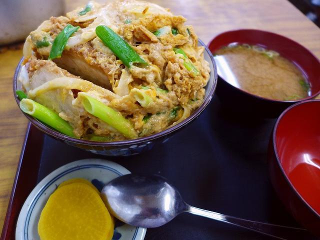 画像1: 本日のランチは西宮市にある大衆食堂「大力食堂」に行きました。地元の人たちのみならず、遠くからもお客さんが訪れる大人気の昔ながらの大衆食堂で、今日は名物のかつ丼を食べに行ってきました!かつ丼は「大」と「小」の2種類があり、... emunoranchi.com