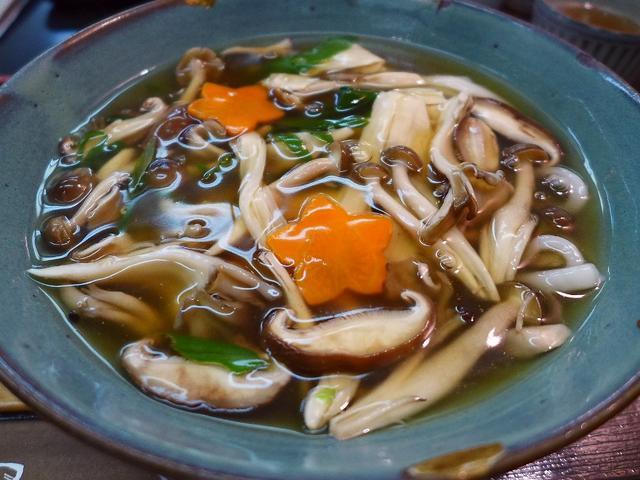 画像1: 本日のランチは神戸元町にあるうどん屋さん「手打ちうどん 京屋」に行きました。神戸元町商店街にある昔ながらのうどん屋さんで、前を通るたびに気になっていたお店に初めて行ってきました!うどんだけでなくお蕎麦もあり、さらに丼や定... emunoranchi.com