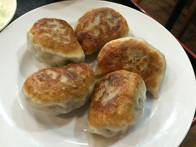 画像: 【大井町】手延べ皮で限界まで餡を包んだ「味楽」のジャンボ餃子