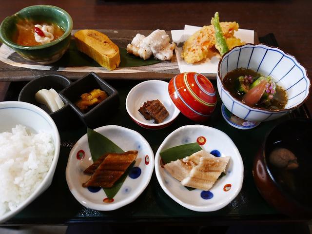 画像1: 本日のランチは京都市中京区にある穴子料理の専門店「穴子家NORESORE 京都本店」に行きました。大阪の福島区にもある様々な穴子料理が食べられるお店の本店で、福島のお店はランチ営業はしていないので、こちらのお店に穴子ラン... emunoranchi.com