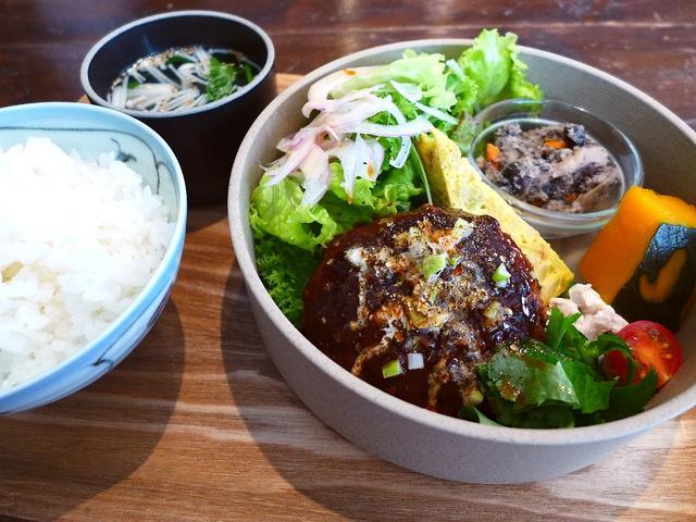画像1: 本日のランチは西区京町堀にあるカフェ「グローブピッコラ」に行きました。「ふわふわ玉子のポークライス」や「担々ライス」や「照り焼きチキン麻ヨネーズ」といった、常に独創的な新ジャンルのメニューを追及して創出している私の大好き... emunoranchi.com