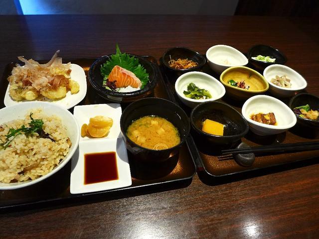 画像1: 本日のランチは堺市美原区にある居酒屋「千尋の道」に行きました。今日はこちら方面に仕事に行ったので、以前からちょっと気になっていたお店に行ってみました!「千尋御膳」(1290円)9種類の様々なお惣菜の「彩鉢九品」、お刺身、... emunoranchi.com