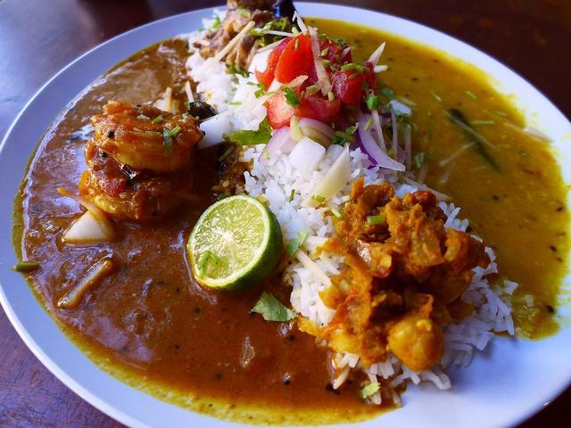 画像1: 本日のランチは天神橋1丁目にあるインド料理のお店「ガネーシュN」に行きました。「第3回究極のカレーAWARD2016」の総合部門で見事グランプリを獲得した大人気で大注目のお店です!北インド料理の伝統的家庭料理をベースに、... emunoranchi.com