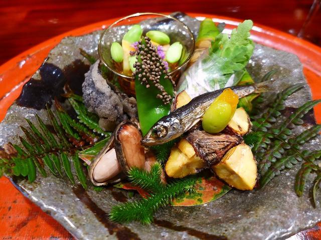 画像1: 本日のランチは京都市左京区にある和食のお店「草喰(そうじき)なかひがし」に行きました。もはや説明不要の京都で最も予約が困難なお店として有名な、このお店でしか味わえない唯一無二の「摘草料理」がいただけるお店です。前回こちら... emunoranchi.com