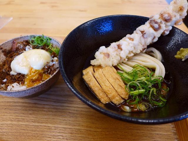 画像1: 本日のランチは天保山にあるうどん屋さん「築港麺工房」に行きました。本町にある人気うどん店「本町製麺所」の姉妹店で、ずっと行ってみたいと思っていたお店です!今日は明日の大阪マラソンのゼッケンをもらいに行く途中で、カーボロー... emunoranchi.com