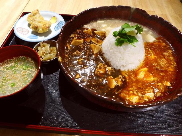 画像1: 本日のランチは淀川区西中島にある「串焼きと日本酒 炭繁」に行きました。先月オープンしたばかりの居酒屋で、炭火串焼きを中心とした和食のお店でありながら、ランチタイムは3種類の麻婆豆腐ランチが食べられると聞いて、早速行ってき... emunoranchi.com