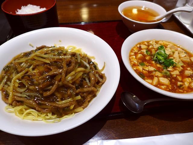 画像1: 本日のランチは北新地にある中華料理のお店「青冥 堂島本店」に行きました。この地でかなり長く営業をされている老舗の中華料理屋さんに、とても久しぶりに行ってきました!このお店、北新地にありながら通し営業で、ランチメニューも1... emunoranchi.com
