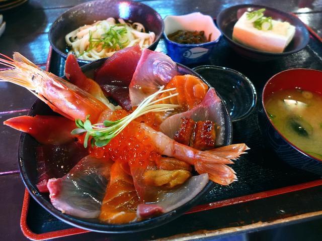 画像1: 本日のランチは豊中市にある居酒屋「居酒屋 ぎょっぷ」に行きました。海鮮丼が美味しいことで有名なお店で、リーズナブルでお得なワンコインのものからとても豪華なものまで、様々な種類の丼が用意されています。「極上海鮮丼定食」(1... emunoranchi.com