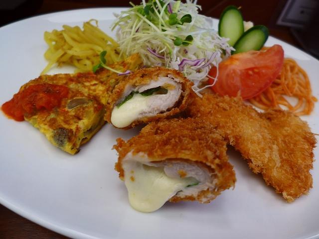 画像1: 本日のランチは心斎橋にある洋食屋さん「大衆洋食 河金三代目」に行きました。先月オープンしたばかりのこちらのお店、1918年(大正7年)創業の浅草の老舗洋食屋「河金」の三代目にあたり、「河金丼」というどんぶりに盛り付けられ... emunoranchi.com