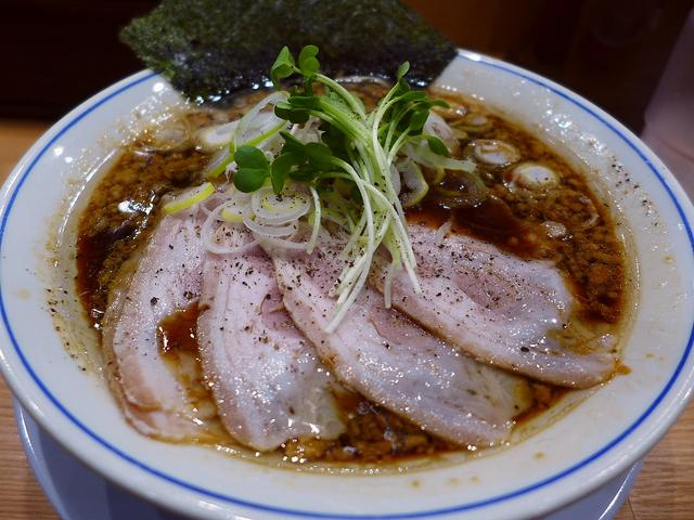 画像1: 本日のランチは新大阪の新なにわ大食堂にあるラーメン屋さん「麺やマルショウ 地下鉄新大阪駅店」に行きました。地下鉄新大阪駅直結で、年中無休で通し営業という使い勝手が良すぎるお店で、麺やマルショウグループの美味しいラーメンが... emunoranchi.com