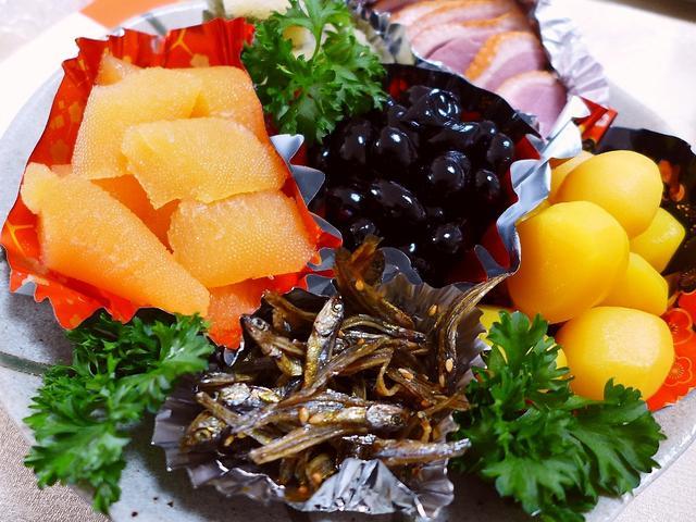 画像1: 本日のランチは実家に新年の挨拶に行って、恒例のおせちと美味しい料理をいただきながら、史上最強の酒飲みの親父と楽しく飲み倒してきました(^^おせちの定番をいただきます・・・(゚Д゚)ウマー!(゚Д゚)ウマー!うま~~~い!... emunoranchi.com