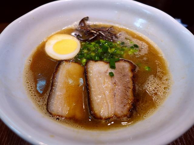 画像1: 本日のランチは東成区大今里にあるラーメン屋さん「今里わっしょい」に行きました。大阪市内に4店舗をチェーン展開されている大人気グループですが、毎年1月3日が仕事始めで、その日限定の「豚骨ラーメン」を出されるのが恒例になって... emunoranchi.com