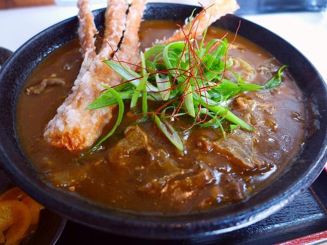 画像1: 本日のランチは堺市にあるうどん屋さん「麺くい やまちゃん」に行きました。国産和牛の超高級油かすを使ったうどんが抜群に美味しい、私の大好きなお店です!冷たいうどんや普通のお出汁のうどんも食べたいのですが、こちらのお店にいく... emunoranchi.com