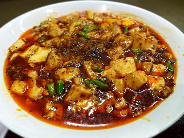 画像1: 本日のランチは淀川区西中島にある中華料理のお店「寳香樓 (ポーシャンロウ)」に行きました。四川料理のお店ということで、以前からこのお店の前を通るたびにずっと気になっていたお店に、初めて行ってきました!10種類ほどあるラン... emunoranchi.com