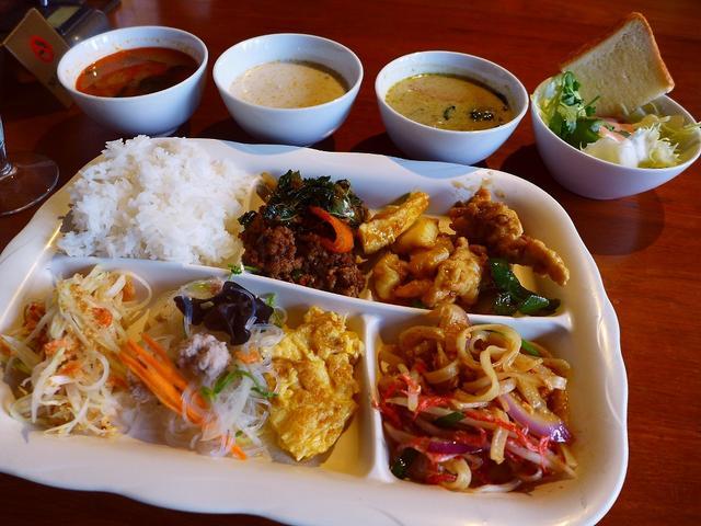 画像1: 本日のランチは道頓堀にあるタイ料理のお店「クンテープ 道頓堀店」に行きました。タイ人シェフが調理する本格タイ料理がいただけるお店で、ランチタイムは約20種類のメニューが食べ放題のバイキングを実施しています!「本格タイ料理... emunoranchi.com