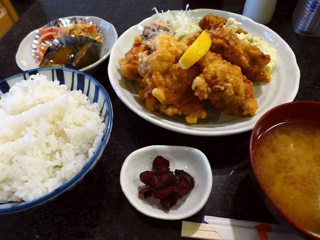 画像1: 本日のランチは北新地にある和食のお店「酒菜 竹井」に行きました。大阪最高峰のコストパフォーマンスを誇る絶品カキフライ定食が食べられるお店です!今日ももちろんそのカキフライを求めていったのですが、行った時間が遅くて痛恨の売... emunoranchi.com