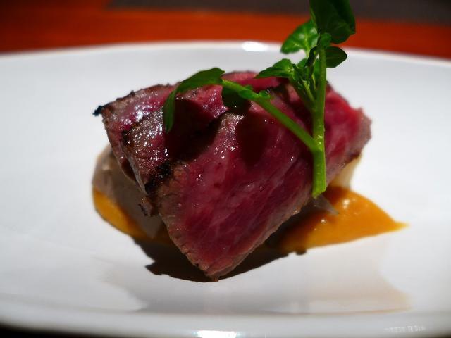 画像1: 本日のランチは北新地にある高級肉懐石料理のお店「Salon du Kuma3」に行きました。島之内にある秘密の隠れ家の高級肉料理のお店「くま3」の姉妹店で、こちらのお店も隠れ家感満載の雰囲気の中で、高級なお肉料理の数々が... emunoranchi.com
