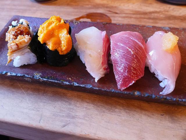 画像1: 本日のランチは大阪中央卸売市場にあるお寿司屋さん「中央市場 ゑんどう」に行きました。 このお店のお寿司は「にぎり寿司」ではなく「つかみ寿司」というもので、シャリを握るのではなく軽くつかむだけのお寿司なのです。 軽くつかま... emunoranchi.com