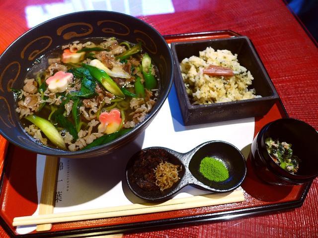 画像1: 本日のランチは京都市中京区にあるカフェ「錦一葉」に行きました。 京都ではとても有名な錦市場内にあるお茶屋さんに併設しているカフェで、抹茶ソースにフルーツや団子をつけて食べる抹茶フォンデュが有名なお店です。 抹茶のパフェや... emunoranchi.com
