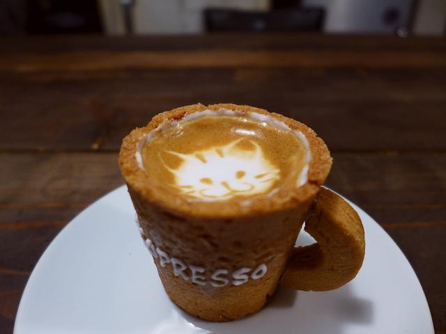 画像1: 天満橋で美味しい牡蠣料理を堪能した後、少し歩いて今話題のカフェ「R・J CAFE(アールジェイカフェ)」に行きました。 SNSで話題沸騰の、器がクッキーで出来ていて食べられる「エコプレッソ」をいただいてきました(^^ 「... emunoranchi.com