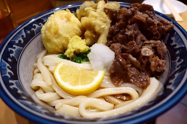 画像1: 本日のランチは新梅田食道街にあるうどん屋さん「梅田釜たけうどん」に行きました。 大阪を代表すると言っても過言ではない、千日前の「釜たけうどん」の姉妹店で、こちらのお店は「ぶっかけうどん」の専門店です。 メニューは、トッピ... emunoranchi.com