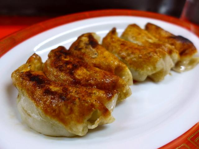 画像1: 本日のランチは尼崎市にある中華料理のお店「新ちゃん」に行きました。 この地で創業50年以上になるこちらのお店、餃子がとても美味しいことで有名でずっと行ってみたいと思っていたお店に初めて行ってきました! 「ぎょうざ」(25... emunoranchi.com