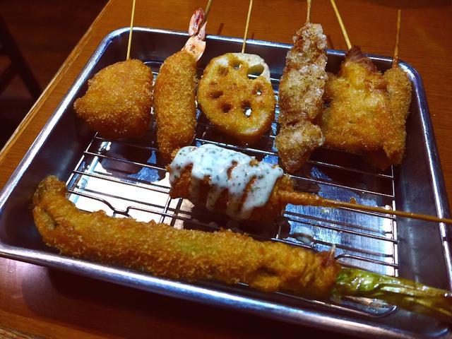 画像1: 本日のランチは浪速区恵比寿東の新世界にある串カツ屋さん「新世界おやじの串や 新世界本店」に行きました。 新世界で創業70年以上の老舗の大阪名物串カツがいただけるお店で、こちらでは串カツだけでなくイタリア料理もいただけると... emunoranchi.com