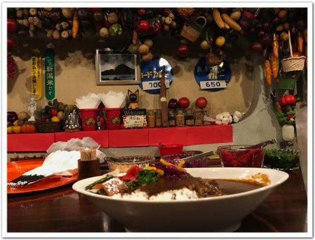 画像: カレーですよ2458(神田紺屋町 カレーの店 インデラ)階下のカレーとお漬物。