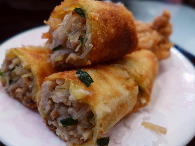 画像1: 本日のランチは心斎橋にある中華料理屋さん「大成閣」に行きました。 こちらのお店の名物の春巻きが無性に食べたくなって行ってきました! 「春巻定食」(800円) このボリュームで、セルフのお粥とドリンクが付いて800円という... emunoranchi.com