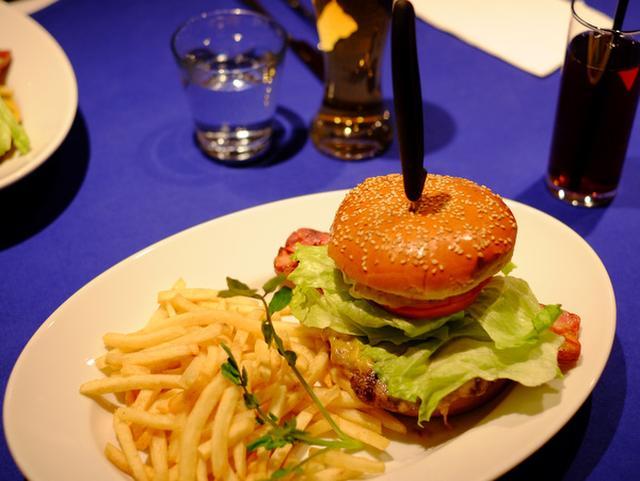 画像: 「銀座 マンジェマンジェの平日ランチ限定ハンバーガー」