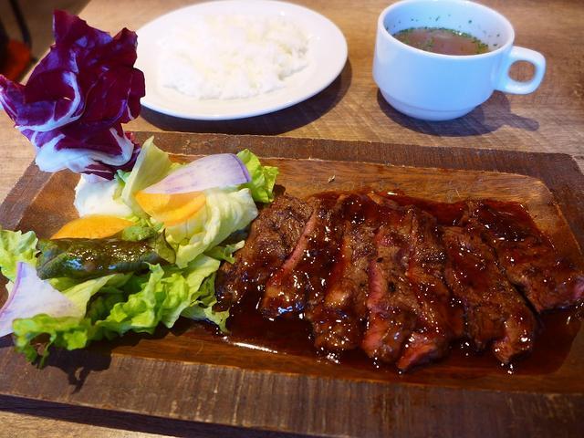 画像1: 本日のランチは北浜にある肉バル「肉バルDOMO 北浜店」に行きました。 大阪の焼肉の老舗チェーン「大同門」が満を持してプロデュースした肉バルです! 昨年7月にオープンしてずっと気になっていたのですがなかなか行く機会がなく... emunoranchi.com