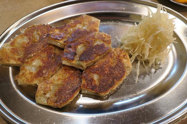 画像: タップリの生姜と一緒に食べる「初代 バタヤ」のひとくち餃子【大阪】