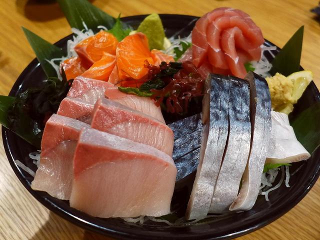 画像1: 本日のランチは阿波座にある居酒屋「酒とひもの 人情酒場 阿波座店」に行きました。 行ったのは夕方で夜のメニューをいただいたのですが、今日はお昼を食べそびれたので、これが今日のランチです(^^ 「人情とろさば〆造り」(49... emunoranchi.com