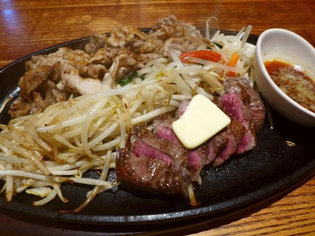画像1: 本日のランチは梅田の阪急東通り商店街にあるラーメンとお肉が食べられるお店「麺牛」に行きました。 いつも大変お世話になっているSさんに「Mさん、ラーメンとお肉が両方食べられてとても美味しくてお腹一杯になるお店があるので行き... emunoranchi.com