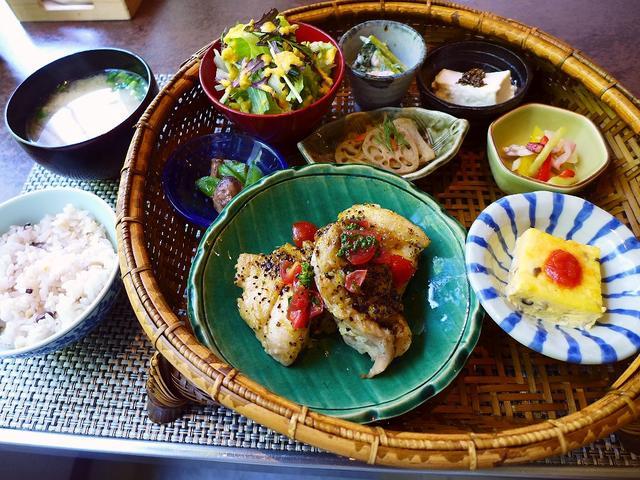 画像1: 本日のランチは淀川区西中島にあるカフェ「vegecafe+α (ベジカフェプラスアルファー)」に行きました。 いつもお世話になているHさんお薦めの「旬の野菜が美味しく頂けるお店」ということで一緒に行ってました! 「20品... emunoranchi.com