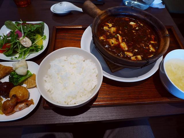 画像1: 本日のランチは肥後橋にある中華料理屋さん「ダオフー 肥後橋店」に行きました。 江坂にある人気中華の姉妹店で、こちらのお店ではランチタイムは、選べるメイン料理に前菜ビュッフェが付いたお値打ちのランチがいただけます! 「辛口... emunoranchi.com