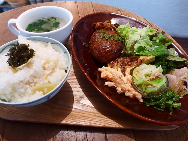 画像1: 本日のランチは西区京町堀にあるカフェ「グローブピッコラ」に行きました。 「ふわふわ玉子のポークライス」や「担々ライス」や「照り焼きチキン麻ヨネーズ」、そして先日いただいた「麻婆煮込みハンバーグ」といった、常に独創的な新ジ... emunoranchi.com
