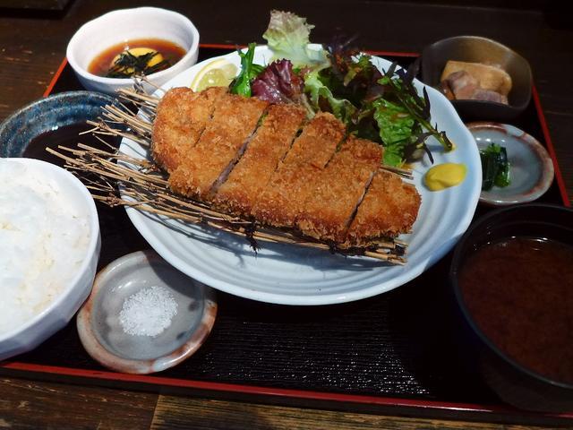 画像1: 本日のランチは西区新町にある豚肉料理のお店「なみなみ 新町店」に行きました。 長崎県の芳寿豚という、市場に出回らない超希少な豚肉を専門に扱うお店で、先日夜に行って感動させていただき、早速ランチにも行ってきました! 夜は芳... emunoranchi.com