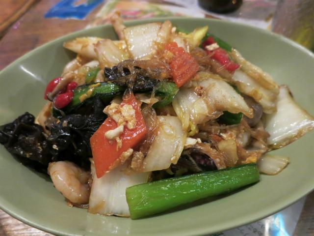 画像1: 麺の原料は米や小麦だけではない。でんぷんを使った春雨もある。タイの春雨は「ウンセン(วุ้นเส้น)」と呼ばれる。サラダに使えばヤムウンセン、炒めればパッウンセン(ผัดวุ้นเส้น/Pad Woon Sen)。春 ... 続きを読む → yakitan.info