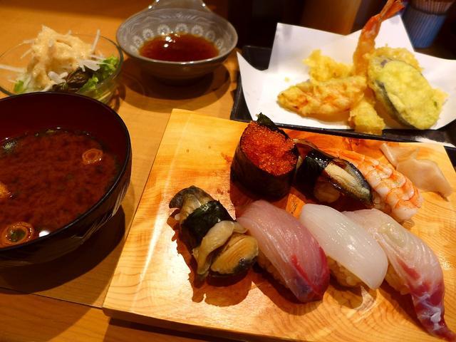 画像1: 本日のランチは北区池田町にある「寿司処 てんま」に行きました。 以前は天神橋4丁目で営業されていた人気のお寿司屋さん、今年の2月に池田町に移転されたお店です。 本格寿司が1貫80円からお手軽に食べられるお店で、お店の前に... emunoranchi.com