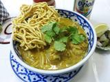 画像1: タイの焼きそば特集の締めはタイ北部、チェンマイ名物のカオソーイという麺料理。実は焼きそばではなくスープ麺なのだが、揚げた麺をトッピングするスタイルなので、完全に無縁というわけではない。 カオソーイを食べに訪れたのは、九段 ... 続きを読む → yakitan.info
