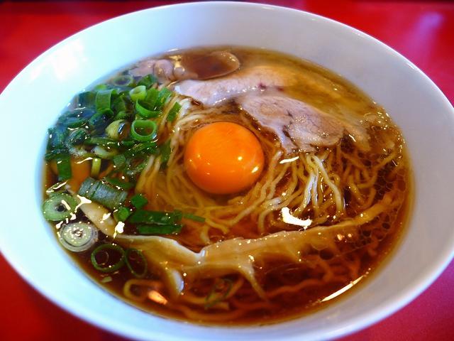 画像1: 本日のランチは福島区にあるラーメン屋さん「西梅田らんぷ」に行きました。 あの大阪を代表するラーメン店「カドヤ食堂」の店主の橘氏がプロデュースしたお店ということで、今月15日オープンして以来、話題沸騰のお店に早速行ってきま... emunoranchi.com