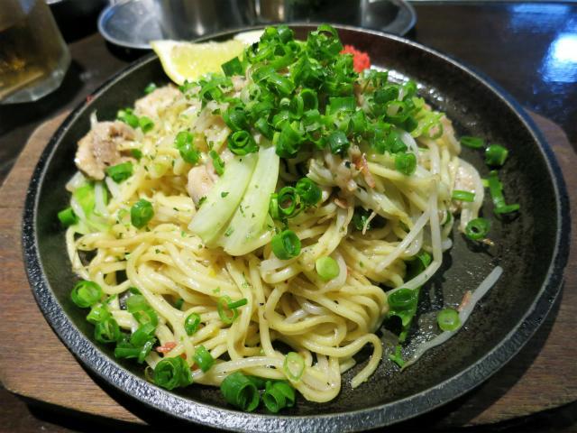 画像1: 前回・前々回と、生麺を使った焼きそばでお酒を楽しむというスタイルの店を紹介した。その2店はどちらも埼玉県だったが、他にも関東圏で似た業態の店があるに違いない。そう思って調べたところ、千葉県船橋市の鉄板焼きそば・はがね家と ... 続きを読む → yakitan.info